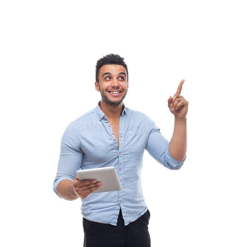 Stiligt lyckligt leende för affärsman, för minnestavladator för affärsman hållande finger för punkt som kopierar utrymme arkivbilder