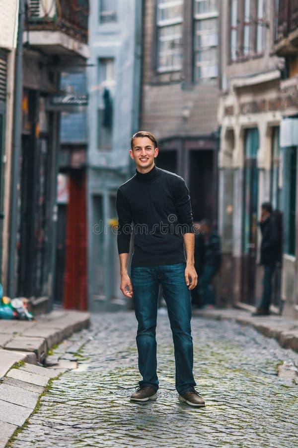 Stiligt mananseende på den i stadens centrum gatan royaltyfri fotografi