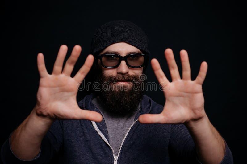 Stiligt manligt stort skägg i exponeringsglas och hatt arkivfoto