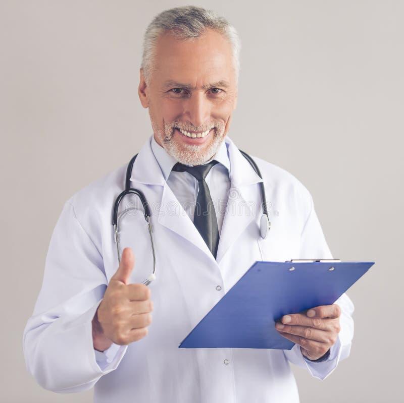 Stiligt mogna doktorn fotografering för bildbyråer