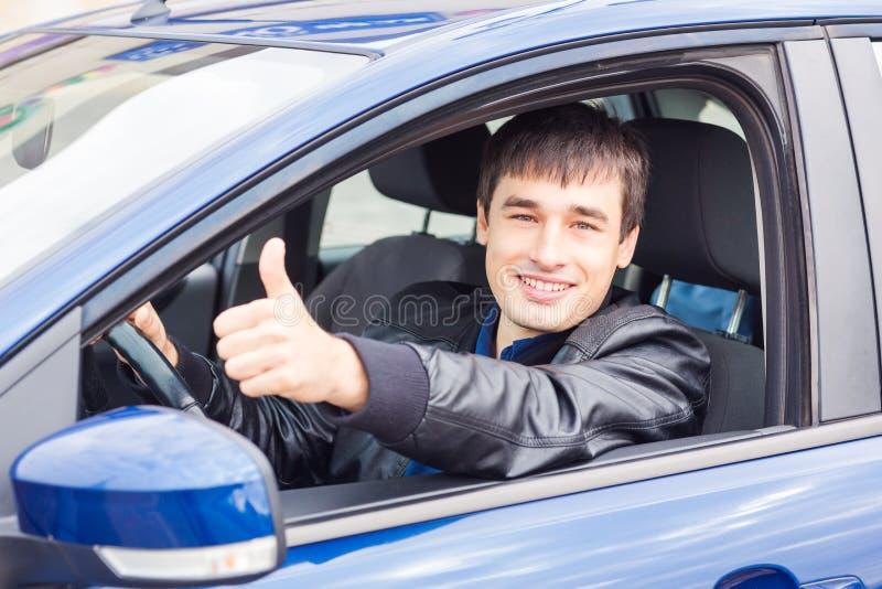 Stiligt sammanträde för ung man i hans bil royaltyfri bild