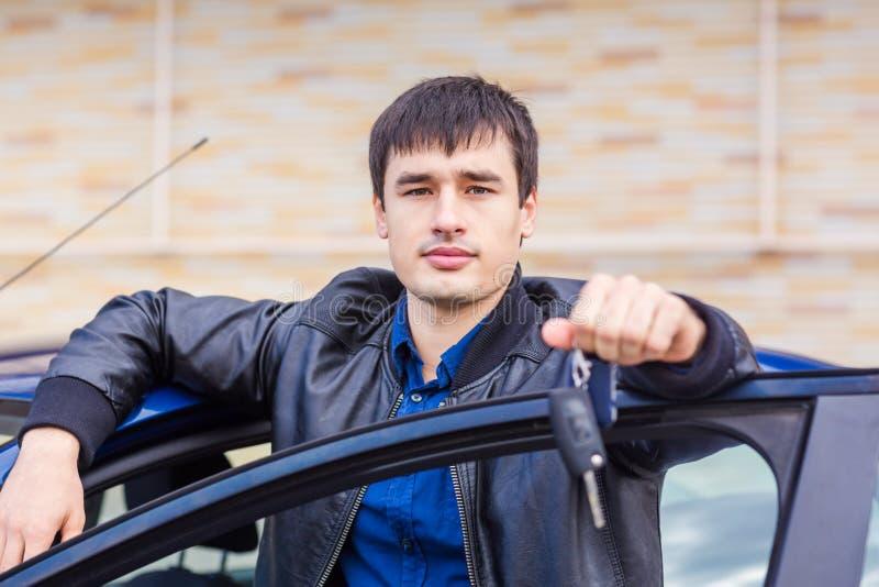 Stiligt sammanträde för ung man i hans bil arkivbilder