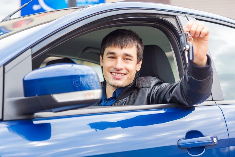 Stiligt sammanträde för ung man i hans bil arkivfoto