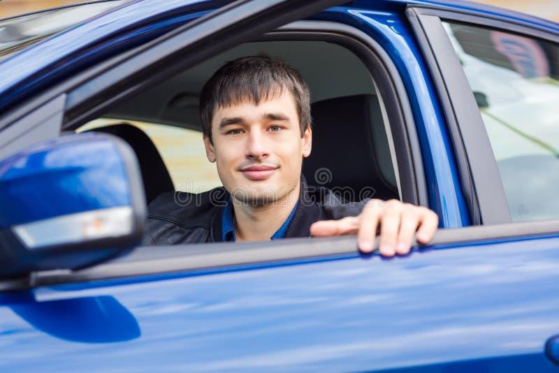 Stiligt sammanträde för ung man i hans bil royaltyfria foton