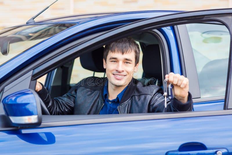 Stiligt sammanträde för ung man i hans bil fotografering för bildbyråer
