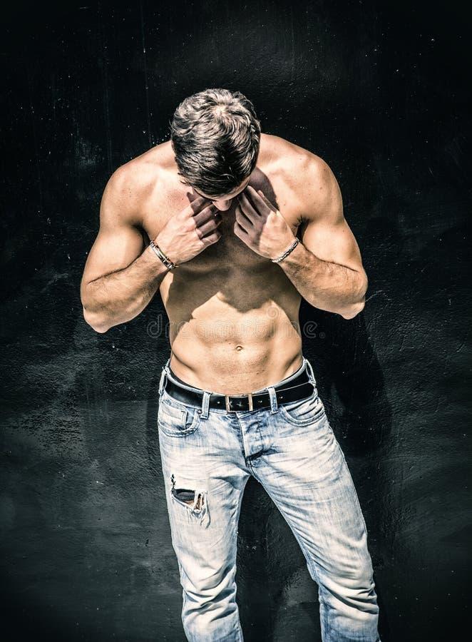 Stiligt skäggigt shirtless anseende för ung man arkivfoton
