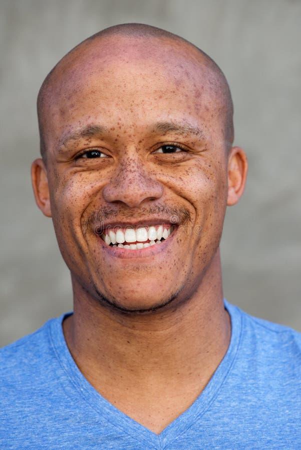 Stiligt skalligt afrikanskt skratta för man arkivbilder