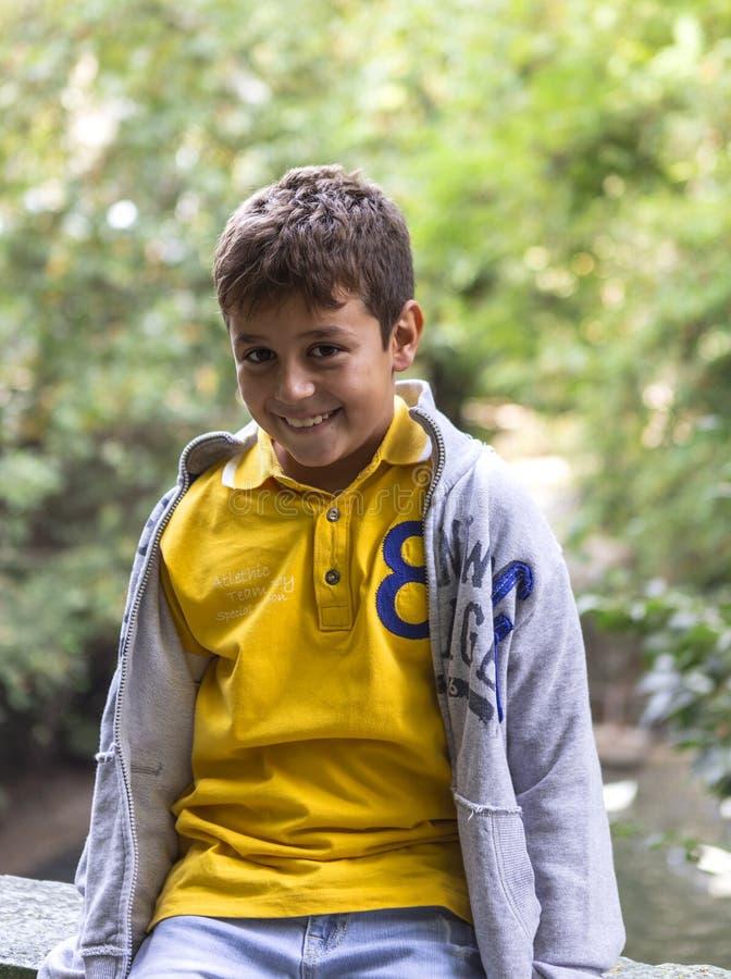 Stiligt skratta för pojke royaltyfria foton