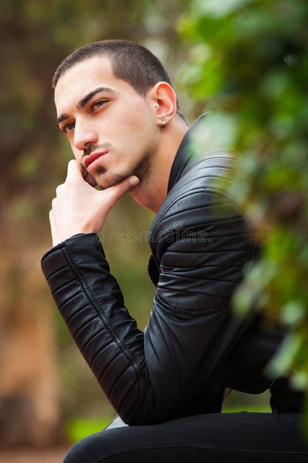 Stiligt tänka för grabbsammanträde Kort hår arkivbilder