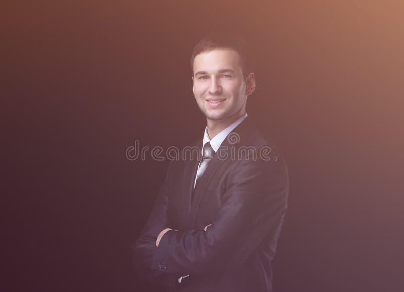 Stiligt ungt anseende för affärsman på svart bakgrund royaltyfri foto