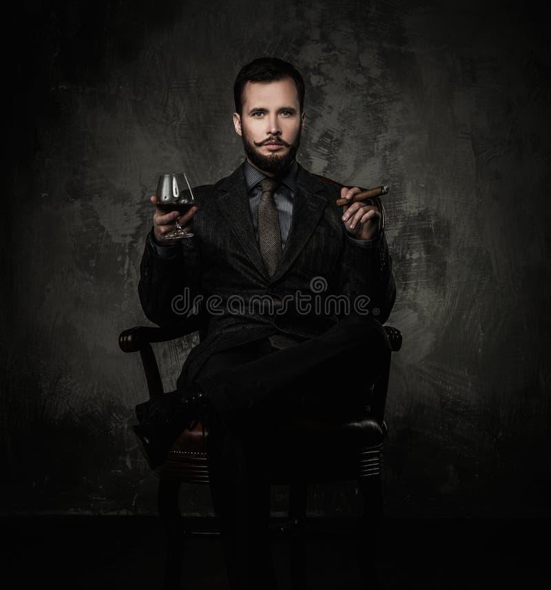 Stiligt välklätt med drinken royaltyfri bild