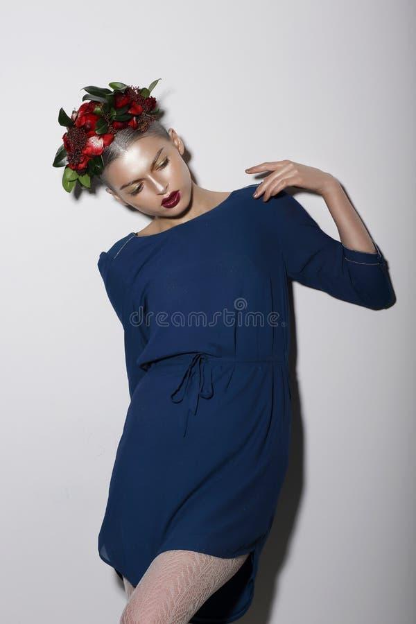 Stiliserad modemodell med blommor royaltyfri fotografi