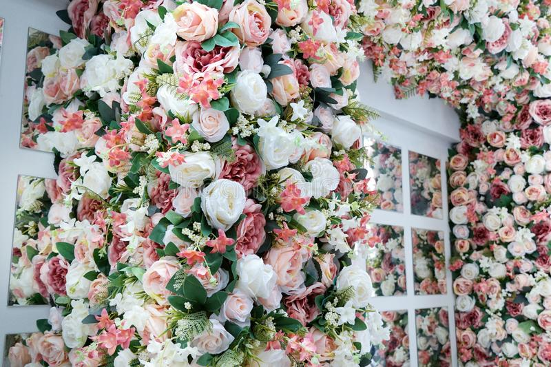 Stilisiertes Fenster mit schönem Blumenstrauß von Mischblumen stockfoto