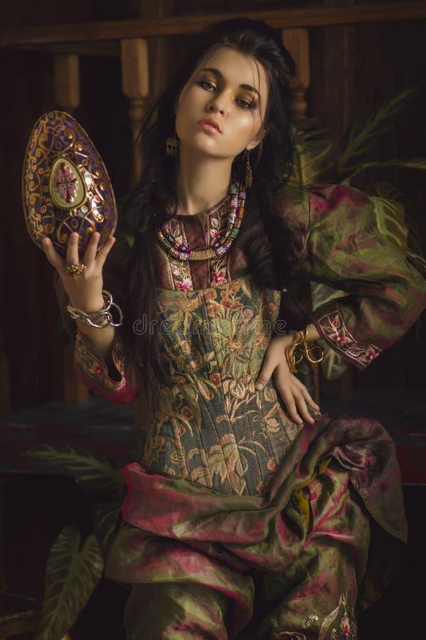 Stilisiertes Weinleseporträt der jungen Frau in ethno Art lizenzfreie stockbilder