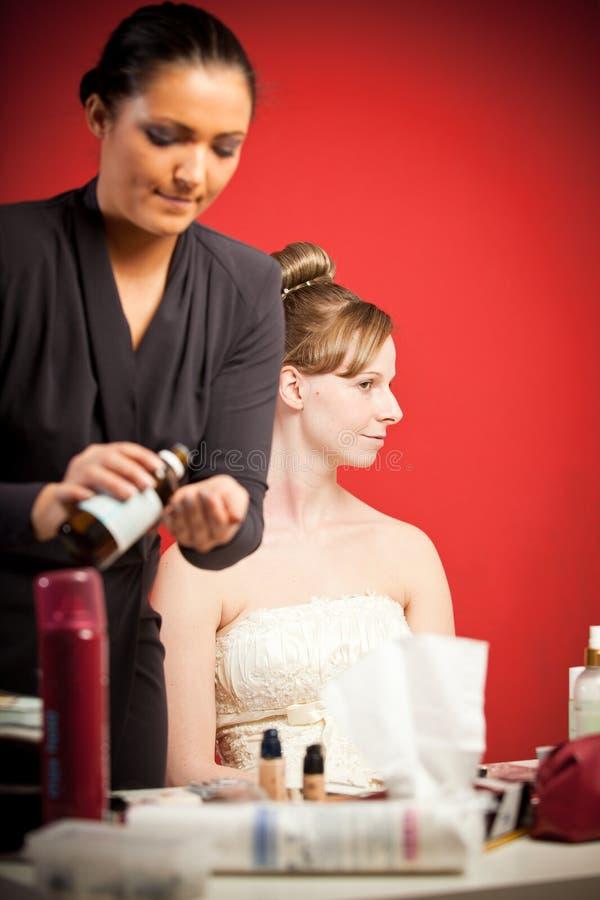 Stilist, der die Braut bildet stockbilder