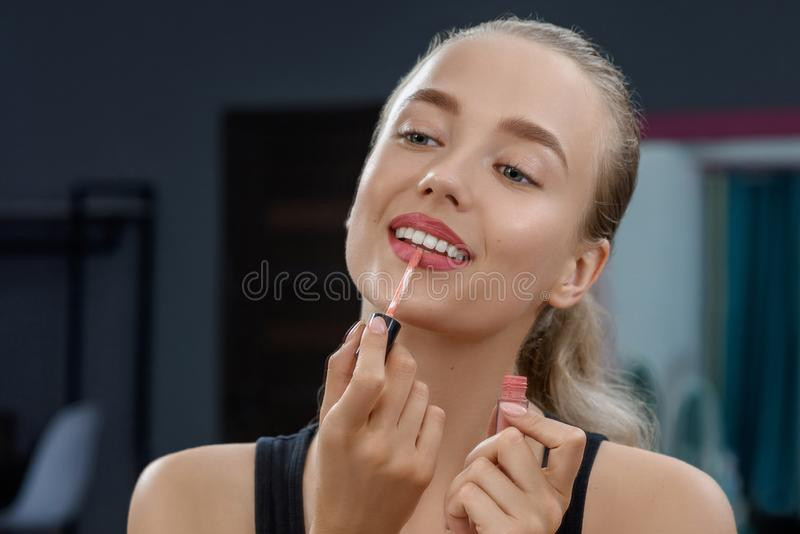 Stilist die lippenstift houden en make-up doen royalty-vrije stock fotografie