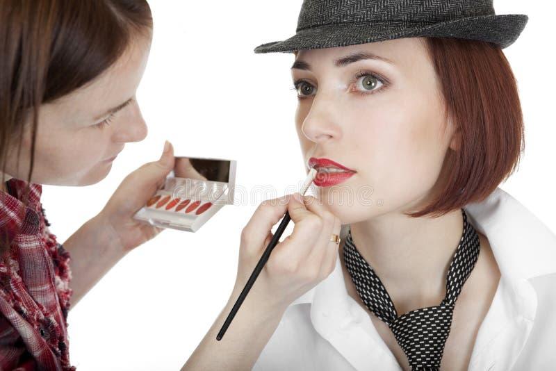 Stilist malt Lippen. lizenzfreie stockbilder