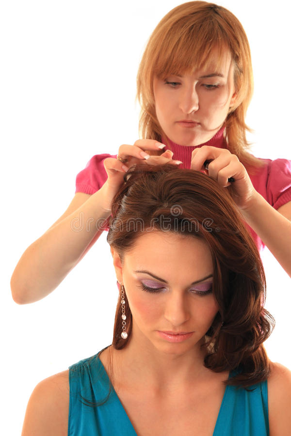 Stilist stellt Haar her lizenzfreie stockfotografie