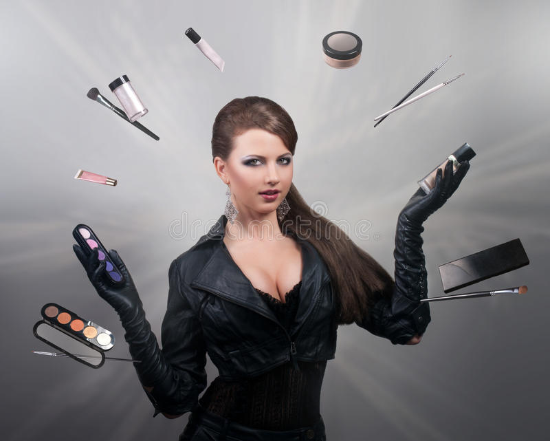 Stilista che manipola con le spazzole e gli strumenti di trucco immagine stock libera da diritti