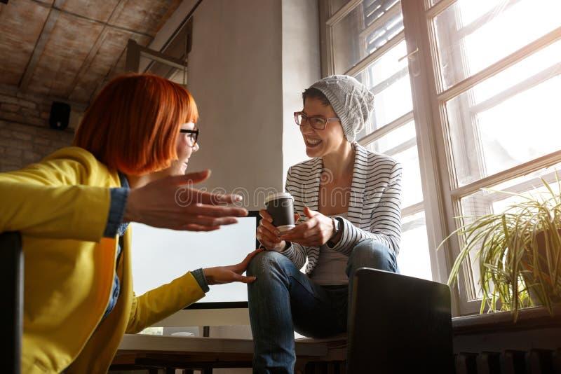 Stilista che parla allo studio fotografia stock libera da diritti