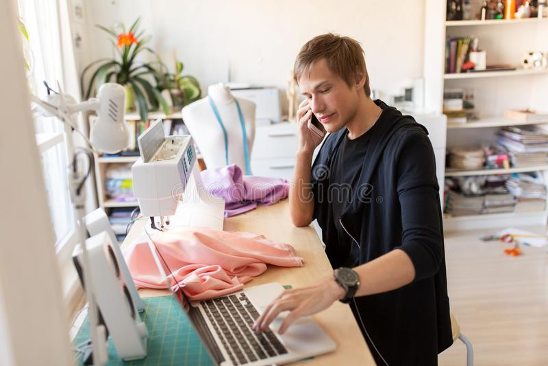 Stilista che rivolge allo smartphone allo studio immagine stock libera da diritti