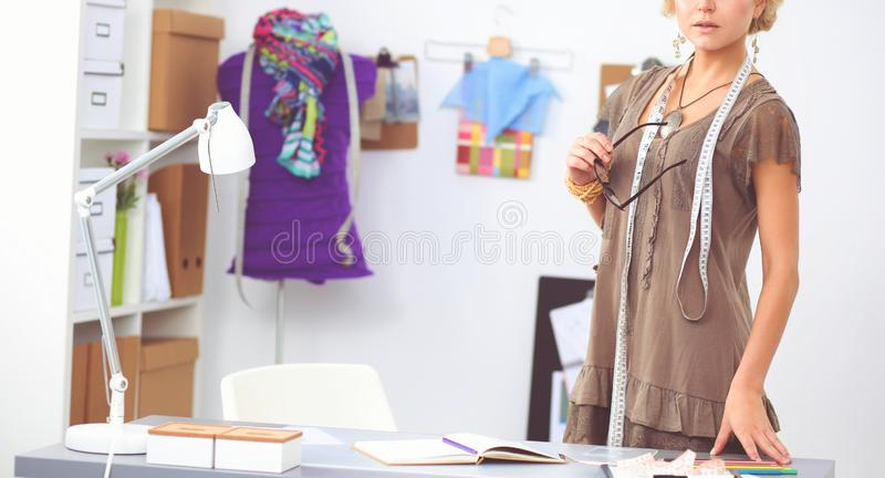 Stilista della giovane donna che lavora allo studio fotografia stock