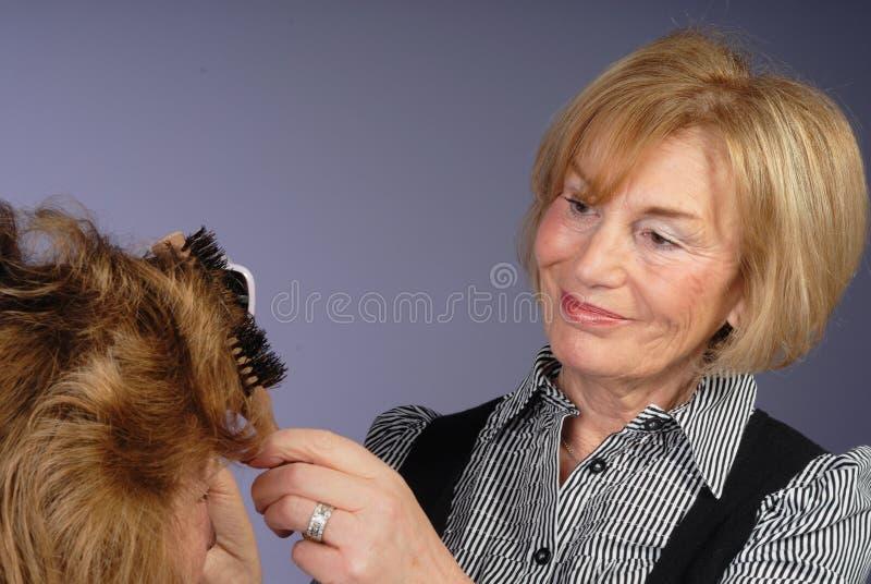 Stilista di capelli attraente della signora più anziana fotografia stock