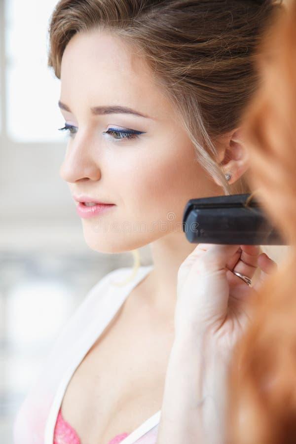 Stilista di capelli che prepara bella sposa prima delle nozze fotografia stock libera da diritti