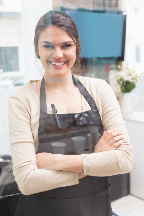 Stilista di capelli che sorride alla macchina fotografica fotografie stock libere da diritti