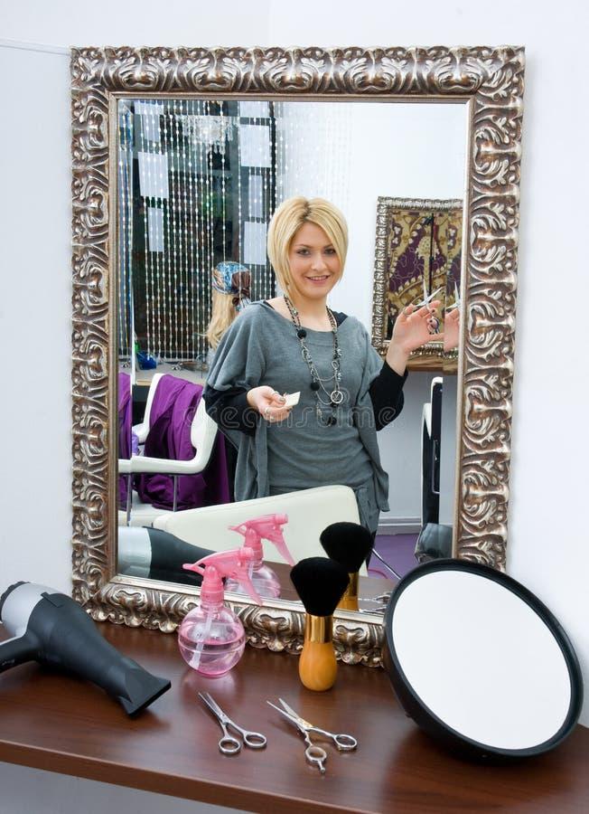 Stilista di capelli nel salone di capelli immagini stock libere da diritti