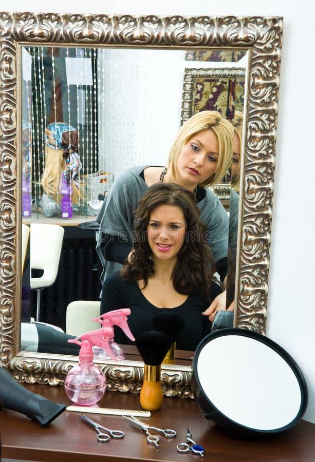 Stilista di capelli sul lavoro fotografie stock