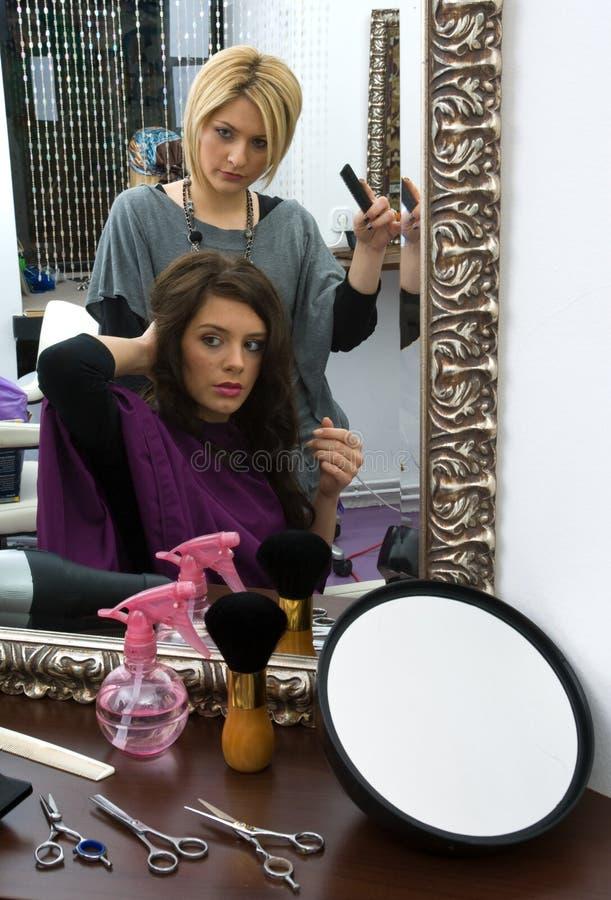 Stilista di capelli sul lavoro fotografie stock libere da diritti