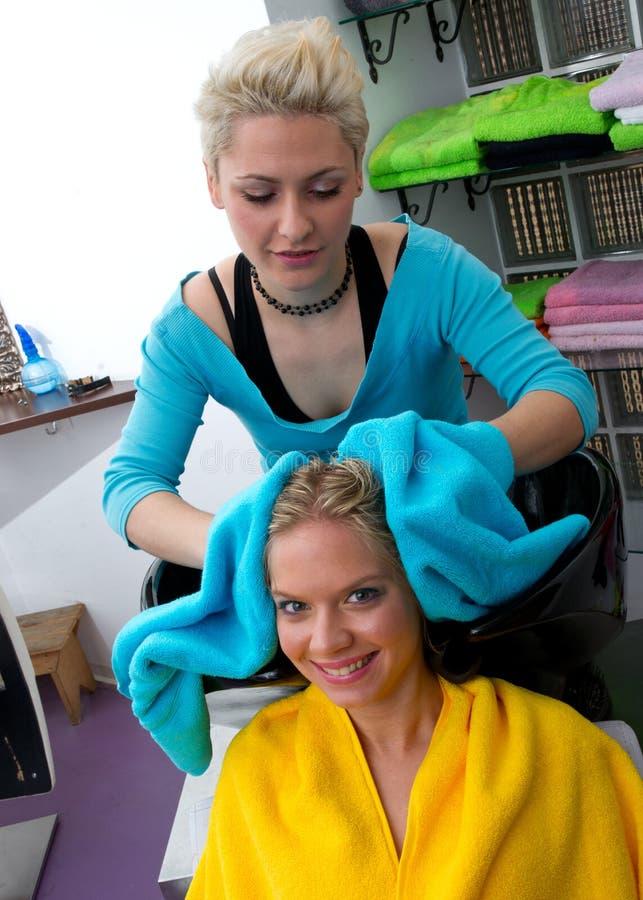 Stilista di capelli sul lavoro fotografia stock