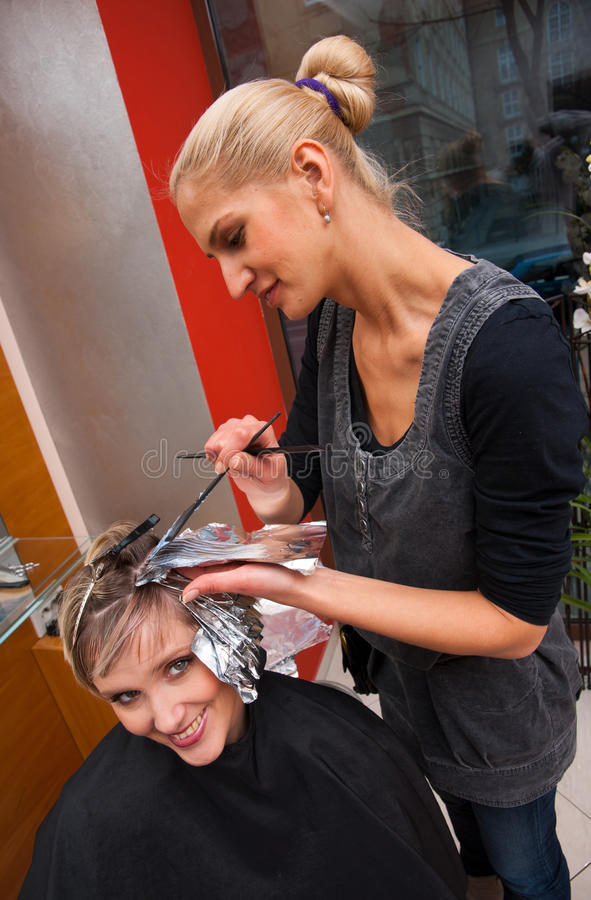 Stilista di capelli sul lavoro immagini stock libere da diritti