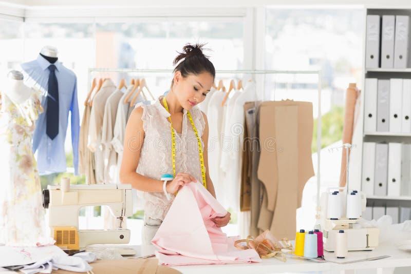 Stilista femminile concentrato sul lavoro immagini stock