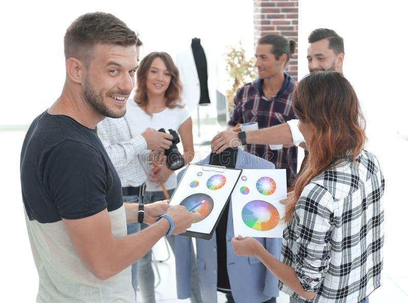 Stilisti che discutono la tavolozza di colore immagini stock libere da diritti