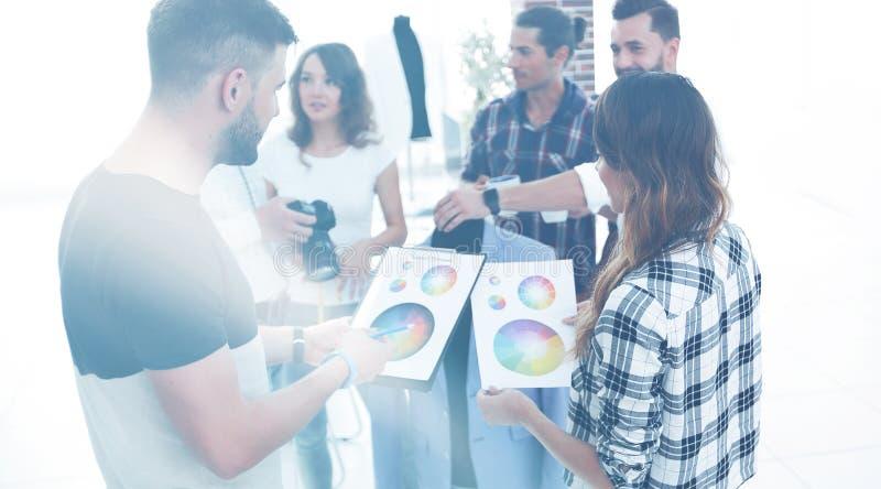Stilisti che discutono la tavolozza di colore fotografia stock