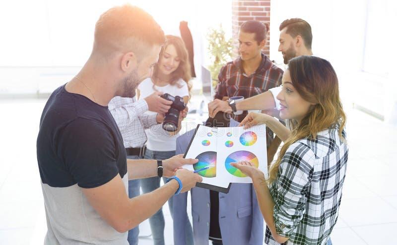 Stilisti che discutono la tavolozza di colore nello studio fotografia stock