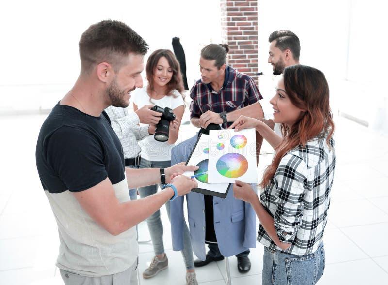 Stilisti che discutono la tavolozza di colore nello studio immagine stock