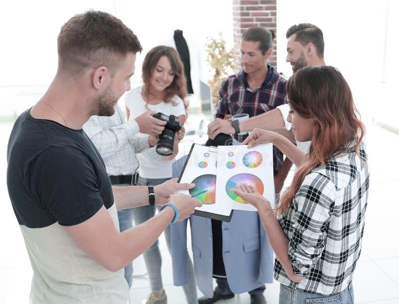 Stilisti che discutono la tavolozza di colore nello studio immagini stock