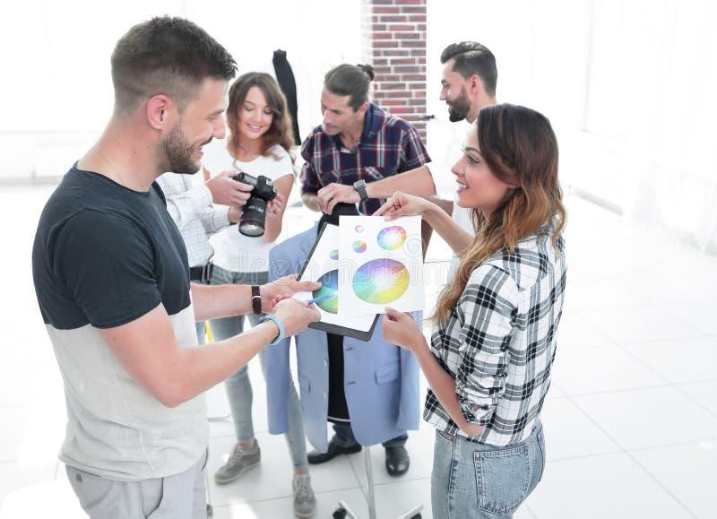 Stilisti che discutono la tavolozza di colore nello studio fotografie stock