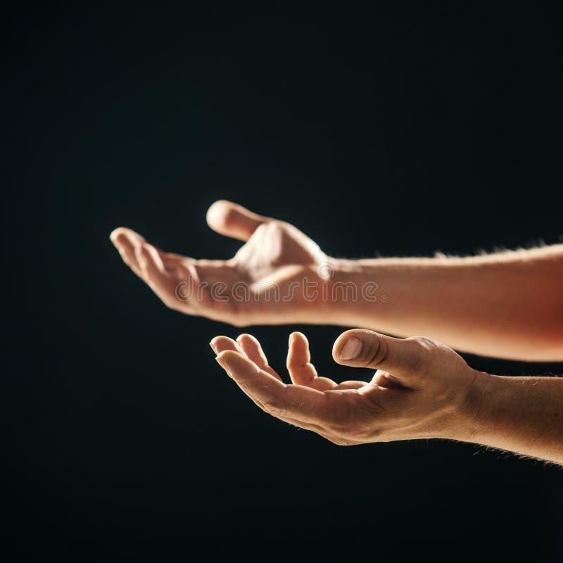 Stilla händer för samarbete eller hjälp Faderhänder som är klara att hjälpa och stötta Människa som ber och supplicationing royaltyfri foto