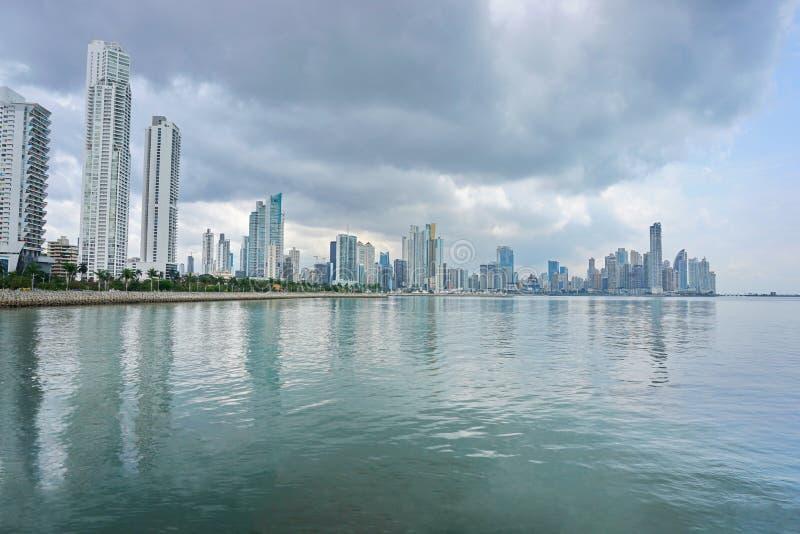 Stilla havetkustlinje med skyskrapor Panama royaltyfria bilder