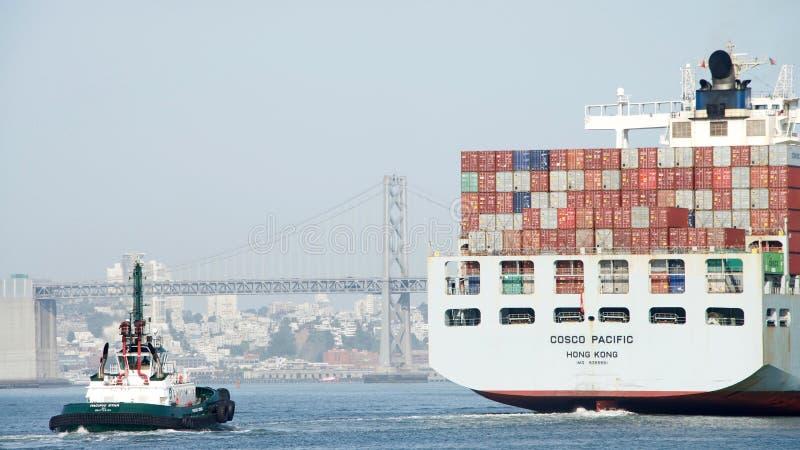 STILLAHAVS- lastfartyg COSCO avgå porten av Oakland royaltyfria foton