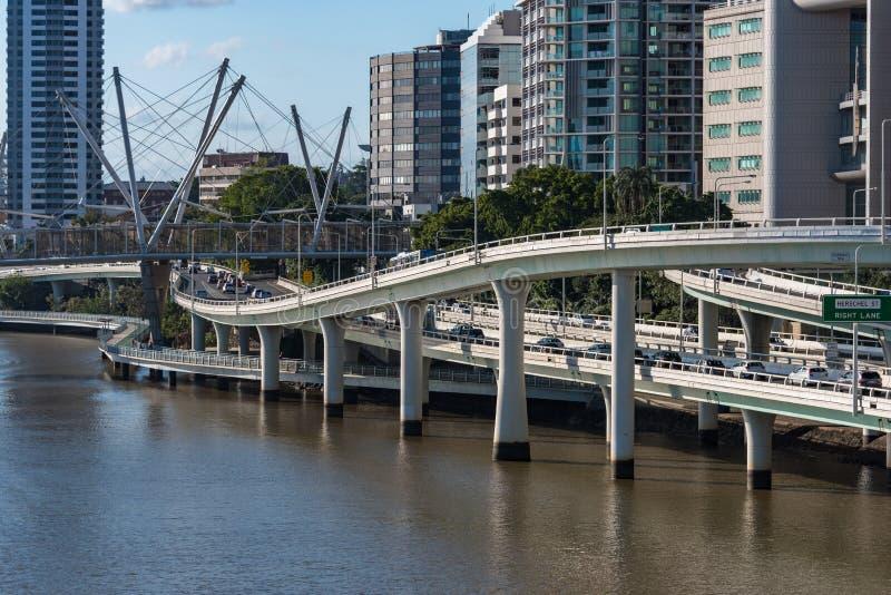 Stillahavs- motorway- och flodstrandmotorväg med Brisbane flod VI royaltyfri foto