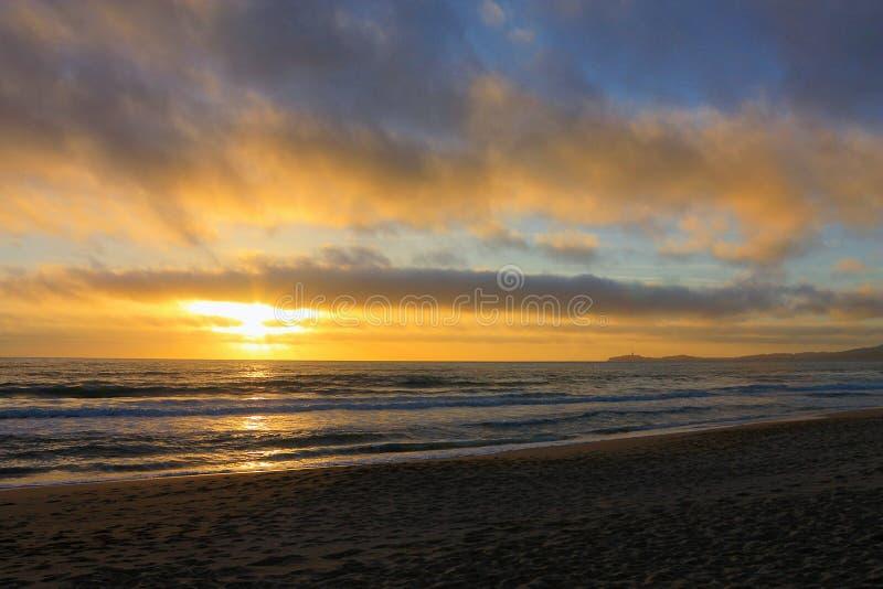 Stillahavs- solnedgång från poppelstranden, Half Moon Bay, Kalifornien royaltyfri fotografi