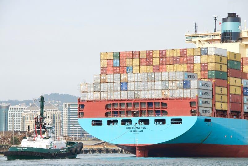 STILLAHAVS- STJÄRNA som hjälper lastfartyget GRETE MAERSK för att manövrera arkivfoton