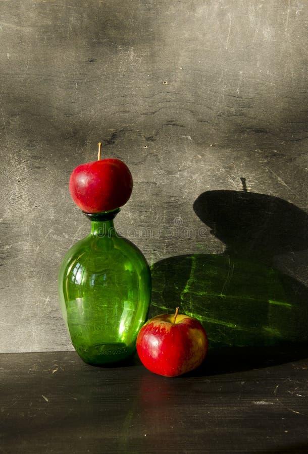 Stillbild-liv med äpplet och afton skuggar royaltyfria foton