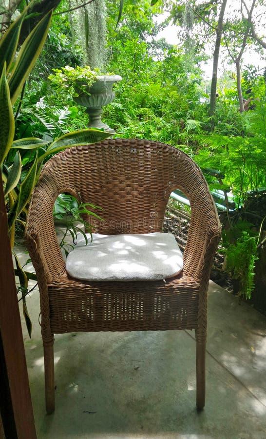 Stille en vreedzame hoek op het terras in de tuin royalty-vrije stock foto