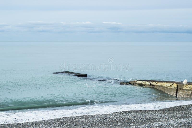 Stille gemodelleerde tuinen, pijler in het kalme wateroverzees stock foto